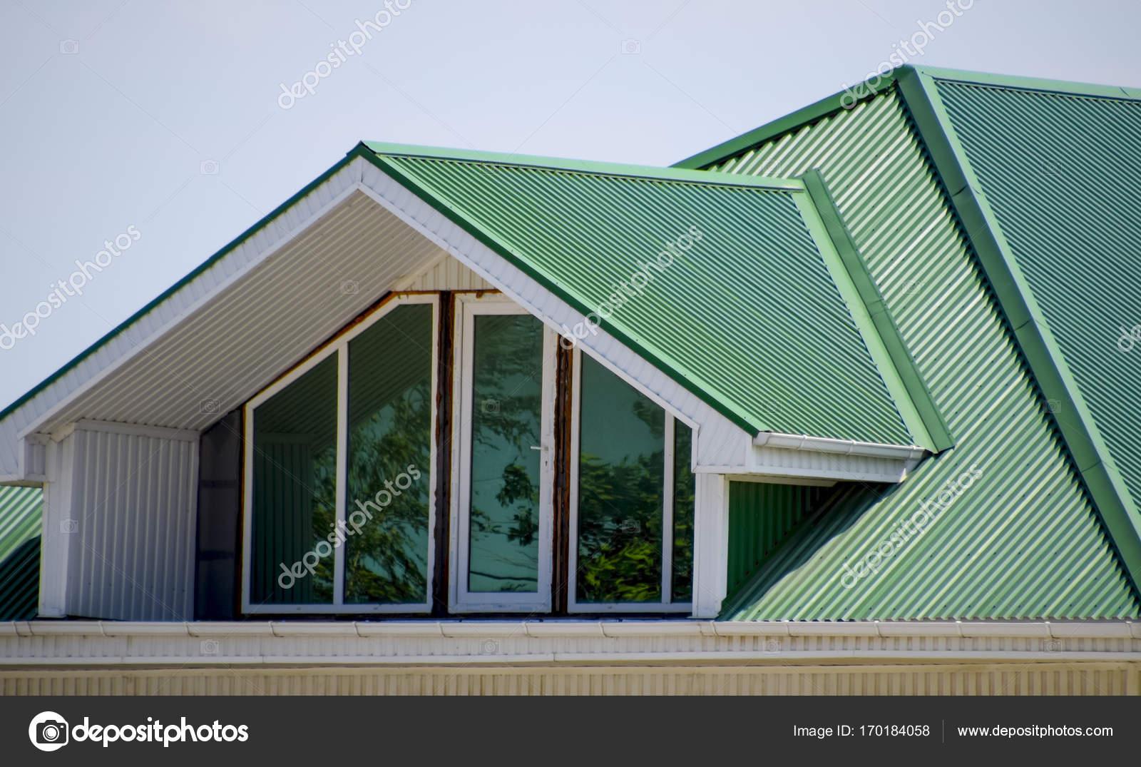 La casa con le finestre di plastica e un tetto verde di for Nuovi piani di casa con le foto