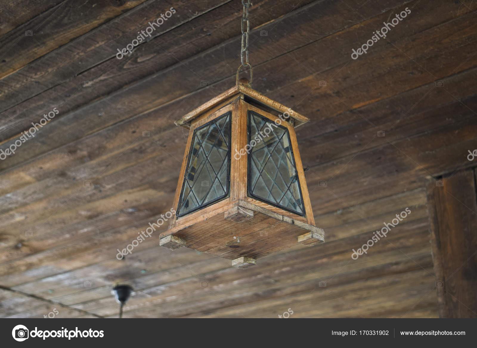 Plafoniere Per Tetto In Legno : Lampada da soffitto sul in legno u foto stock