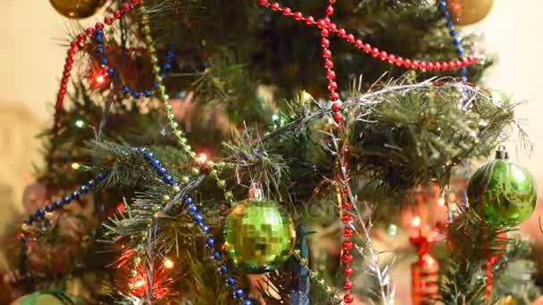 Vánoční hračky a ozdoby na vánoční stromeček. Pozlátko, koule a hračky zdobené jedle.