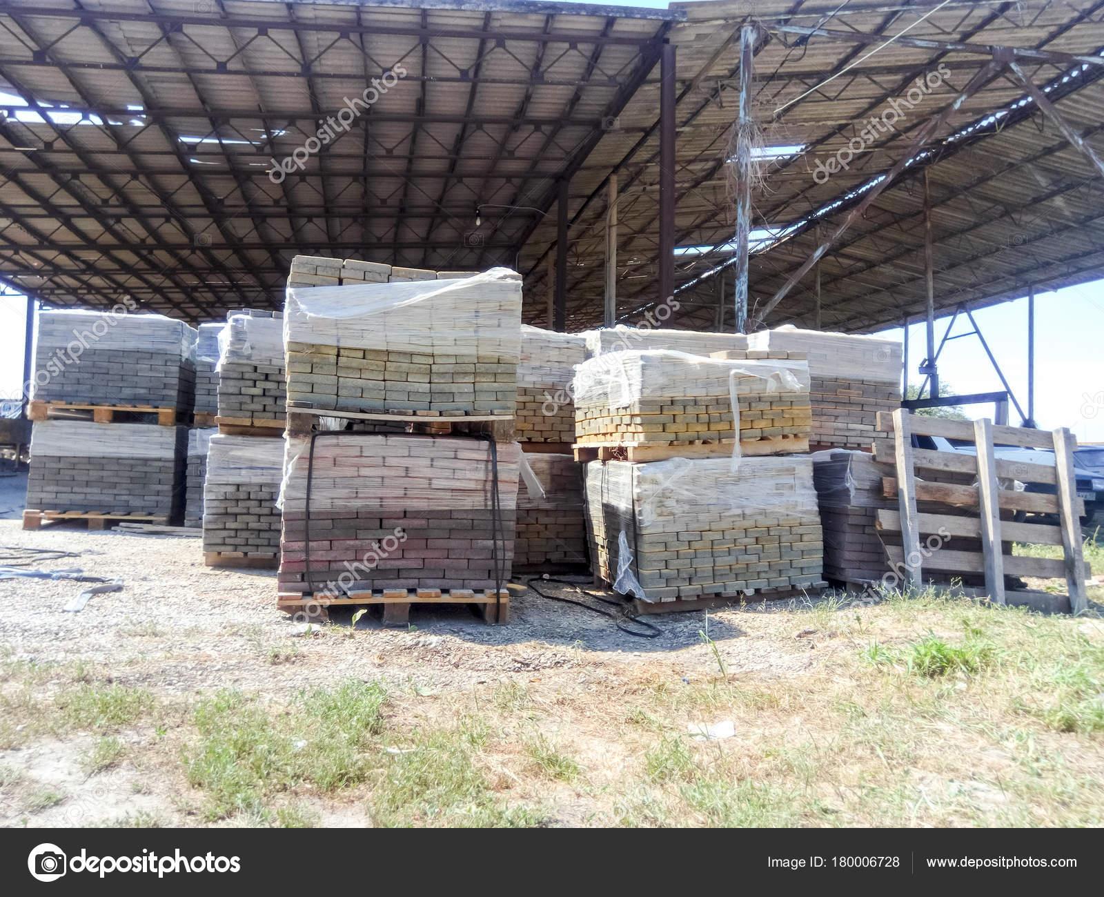 Piastrelle impilati in pallet. lastre di pavimentazione in fabbrica