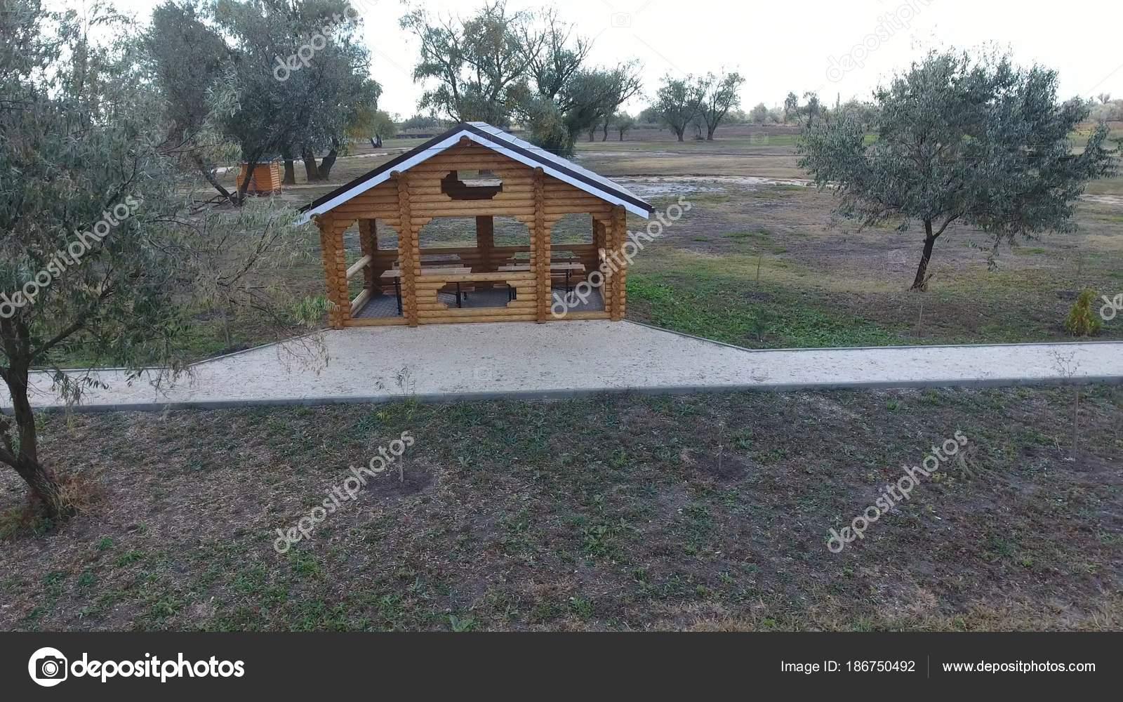 Gazebo Con Tavolo E Panche.Gazebo Con Tavoli E Panche In Natura Foto Stock