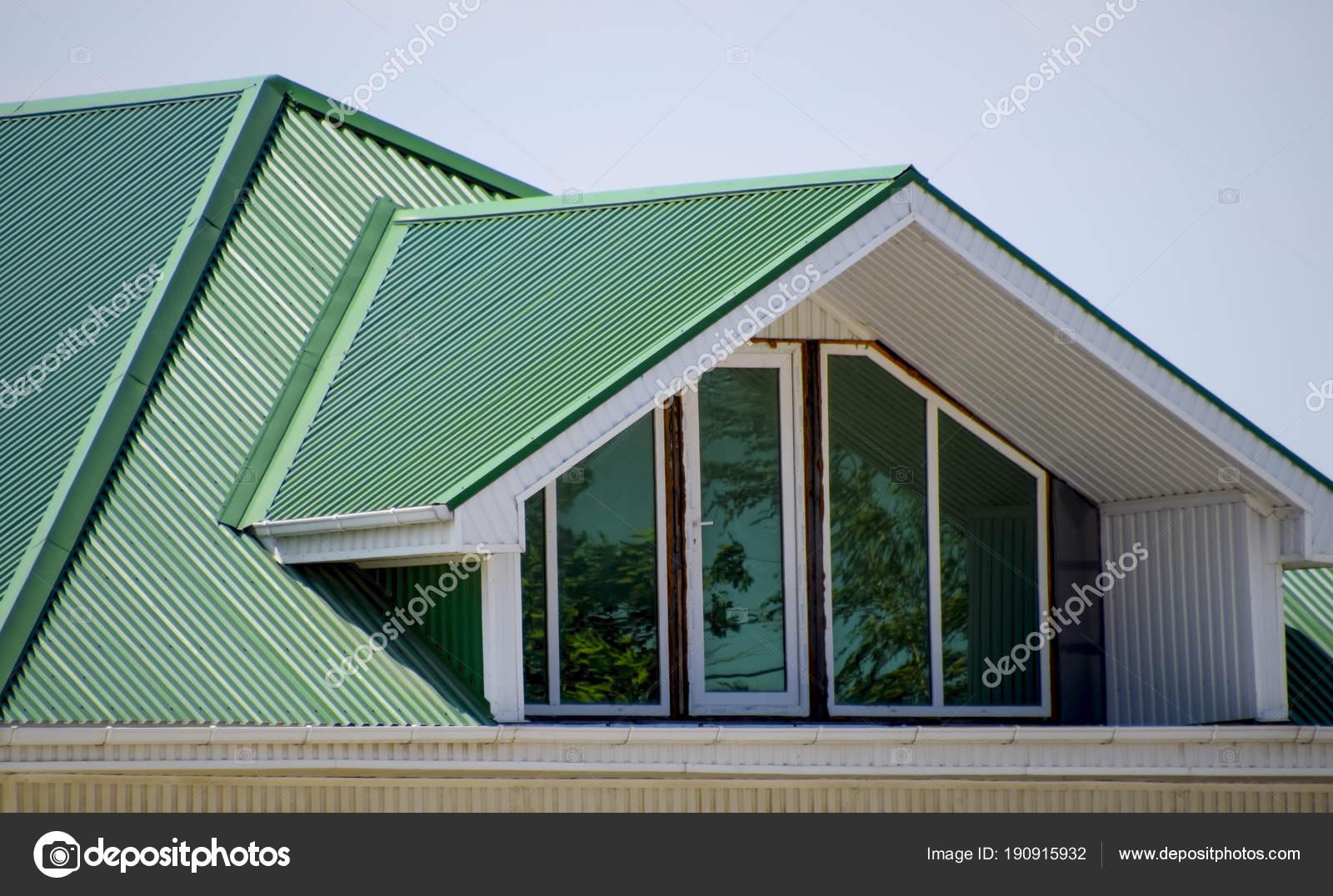 La maison avec des fen tres en pvc et un toit de t le ondul e toit vert de profil m tal ondul - Maison en tole ondulee ...
