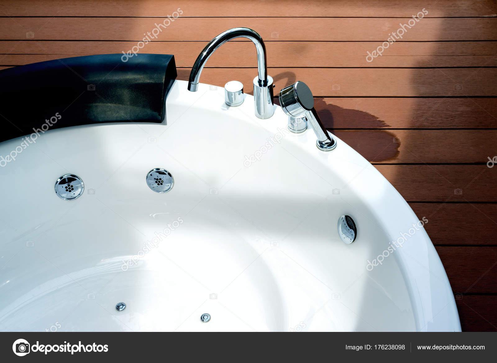 Vasca Da Bagno Bloccata : Vasca da bagno idromassaggio bianca vuota con il rubinetto sul
