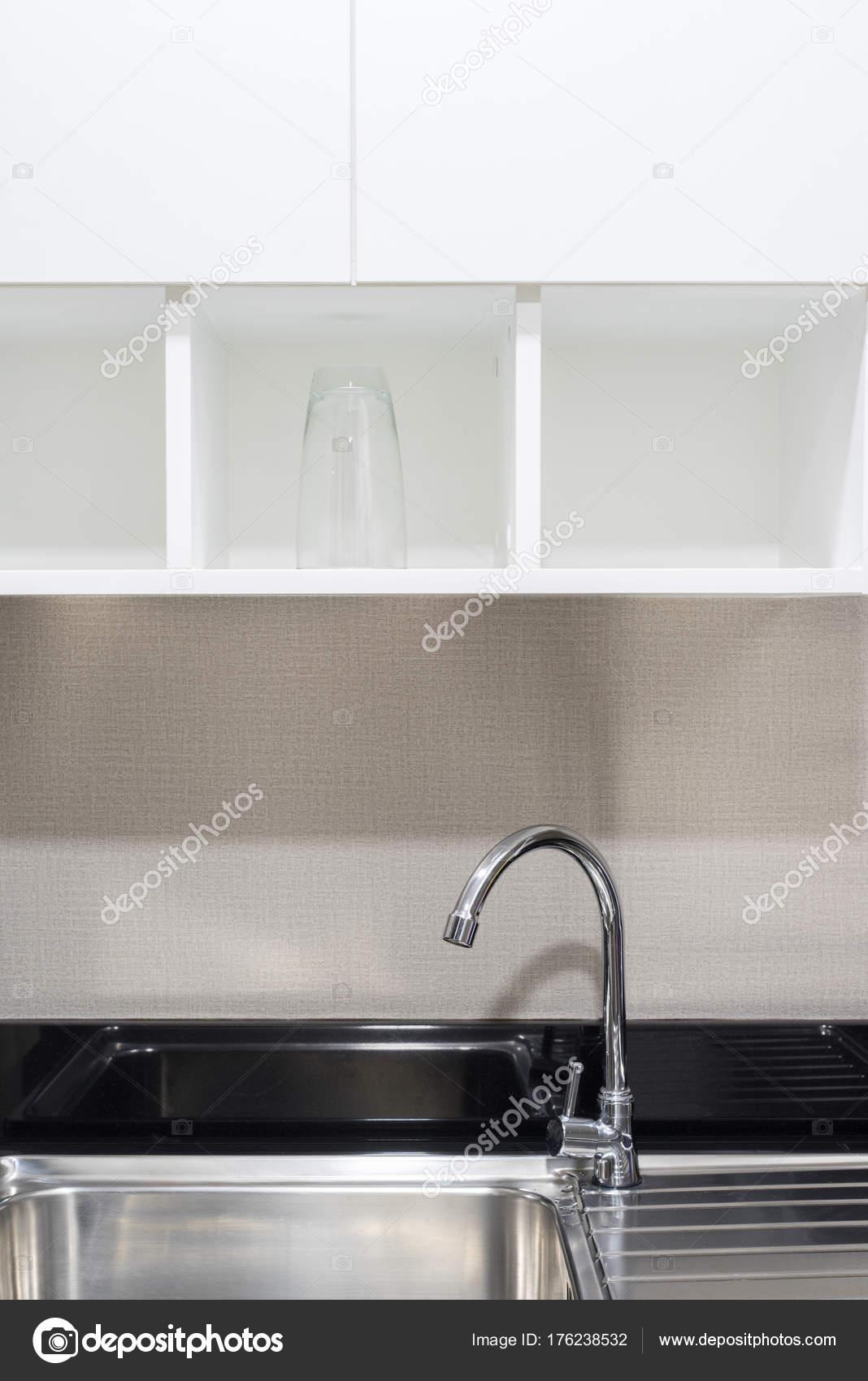 Stahl Wasserhahn und Küche Spüle unter weißen Holzgehäuse ...