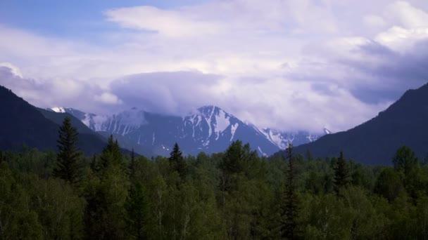Lasso di tempo di nuvole malvagiamente intensi torbido e che scorre sulle cime