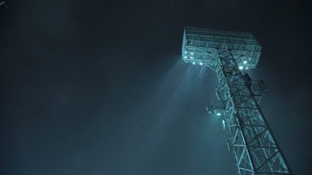 Stojan na těžiště světla stadion před tmavě modrá obloha