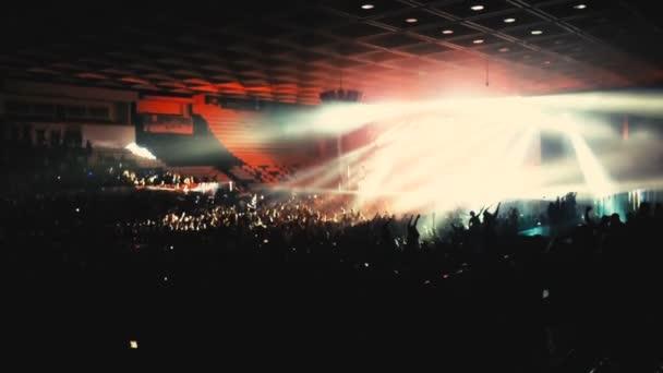 tömeg rave party, emberek tánc kék fény projektorok