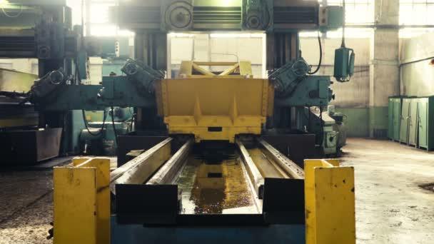 stroje na obrábění kovů.