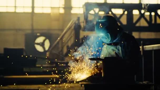 svářeč v práci v odvětví kovů