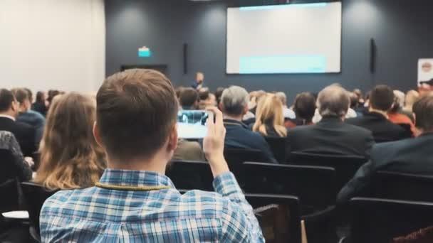 Personen auf einer Konferenz oder Präsentation