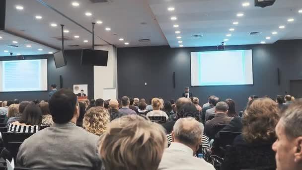 der Redner spricht auf der Konferenz
