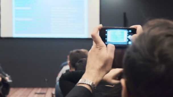 lidé na konferenci nebo prezentaci