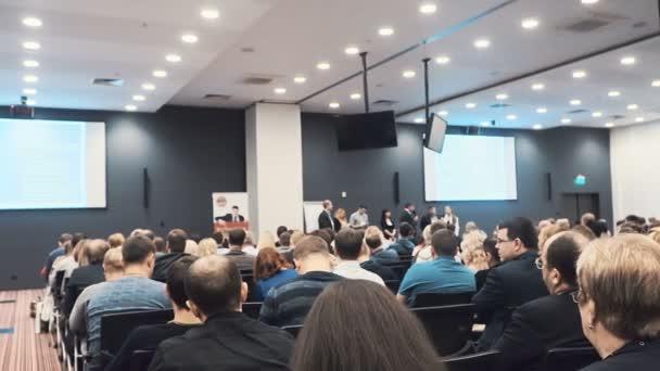 řečník přednese projev na konferenci