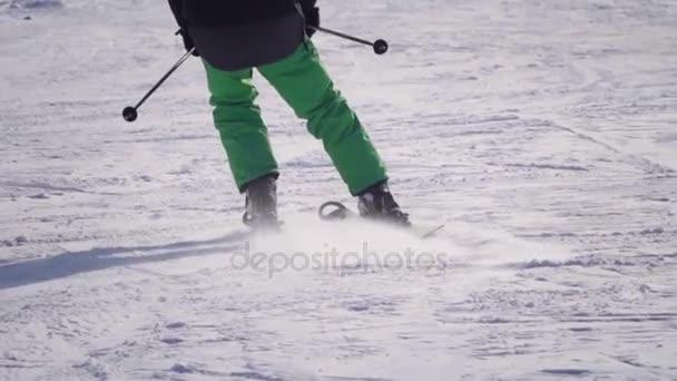 4 pohled zezadu k vyřezávání profesionální lyžař po zasněženém svahu