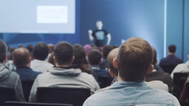 Anhören des Vortrags über Marketing und Unternehmensführung für erfolgreiche Verkäufe