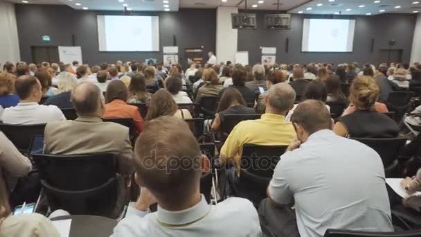 Novosibirsk, Rusko - 20.06.2017: Business lidí seminář konference setkání Office koncepce školení. Muži a ženy poslouchat seminář v konferenční místnosti. Problémy ekonomiky a marketingu.