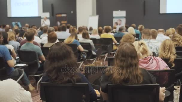 nowosibirsk russland - 20.06.2017: Frauen hören das Seminar oder die Vorlesung in einem Klassenzimmer oder einem großen Saal. weiblich.
