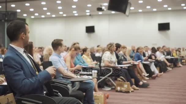 nowosibirsk russland - 20.06.2017: Menschen im Saal applaudieren der Präsentation auf der Bühne
