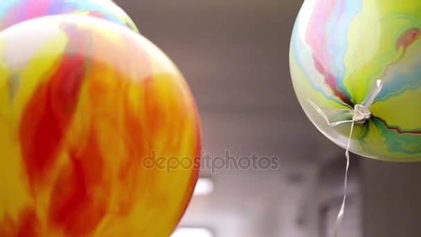 UFA, Rusko - 01.03.2015: Úpravy z mnoha výhonky, úpravy fráze. Malé děti a jejich rodiče oslavit své narozeniny. Překvapení pro dceru. Přátelé přišel pogratulovat