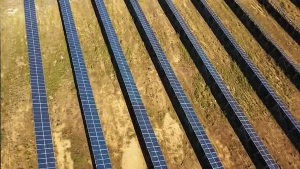 Luftaufnahme. Flug über das Solarkraftwerk mit Sonne. Sonnenkollektoren und Sonne. Luftbild-Drohne geschossen. 4 k 30fps Prores Hq