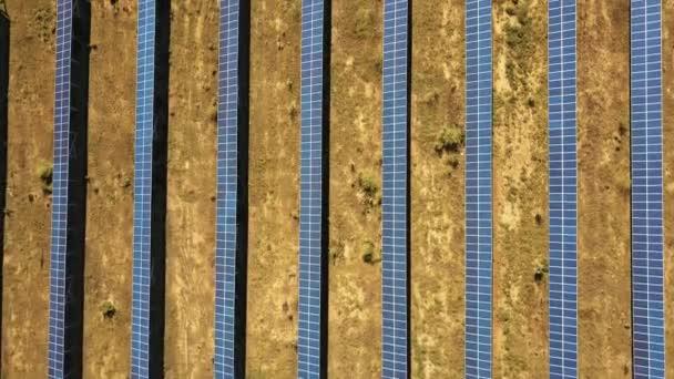 Luftaufnahme. Flug über das Solarkraftwerk mit Sonne. Sonnenkollektoren und Sonne. Luftbild-Drohne geschossen. 4k 30fps Hq
