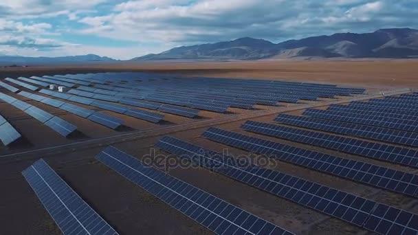 Letecký pohled. Létání nad solární elektrárna s slunce. Solární panely a slunce. Letecký dron zastřelen. Altaj, Koshi Agach. Hranice Mongolska