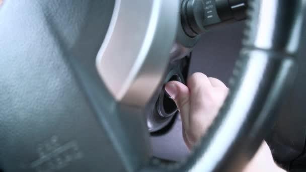 Spouštění motoru auta. mans rukou jednotky klíč od auta