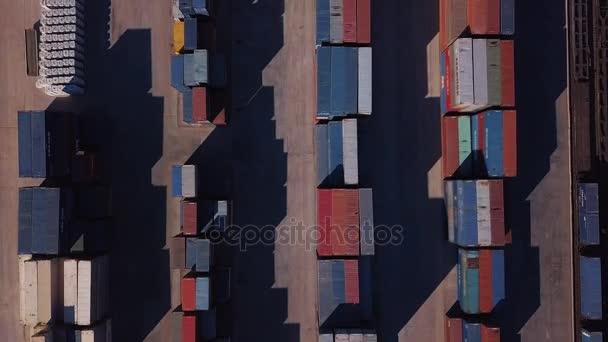 Leteckého pohledu nákladní dopravou nákladu na velké nákladní hub