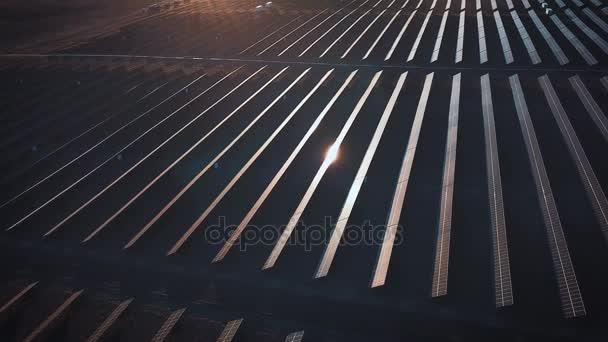 Solární panely fotovoltaické systémy - letecký pohled. Letecký snímek solární panely - solární elektrárna. 4 k zpomalené letecký snímek