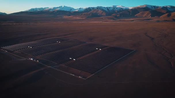 Letecký snímek solární panely - solární elektrárna. 4 k zpomalené letecký snímek. Letecký pohled na pouštní velké průmyslové solární energie farmu produkující koncentrované solární energie