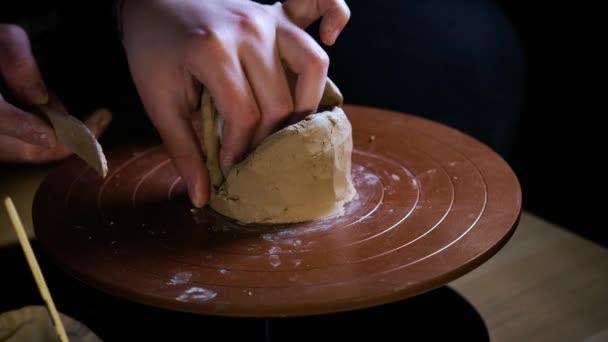 Potter speciální nástroje úchyty jíl. Předlohy jsou kecy. Tvůrčí proces v ateliéru. Zkroucené hrnčíři kola. Člověk vytváří umělecké dílo. Schopnost vytvářet krásu. Mistra hněte jíl.