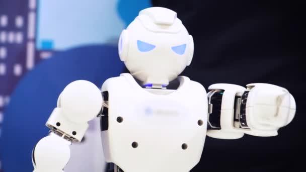 Moskva, Rusko - 25 ledna 2018: Tanec humanoidní robot. Zblízka se inteligentní robot taneční show. Taneční vystoupení robota. Robotické taneční party. Inteligentní robotické technologie.