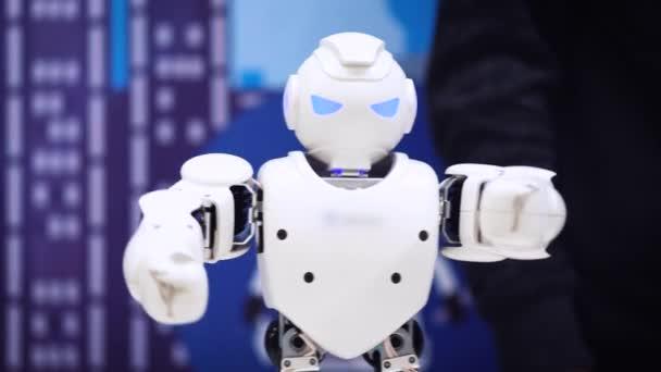 Moscow, Oroszország - január 25, 2018: Humanoid robot tánc. Intelligens robot tánc show közelről. Táncoló robot teljesítmény. Robot tánc party. Intelligens robot technológia.