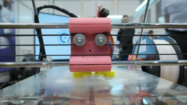 3d Drucker Arbeitsablauf. Drei dimensionale Drucker bei der Arbeit im Schullabor, Kunststoff 3D-Drucker, 3D-Druck