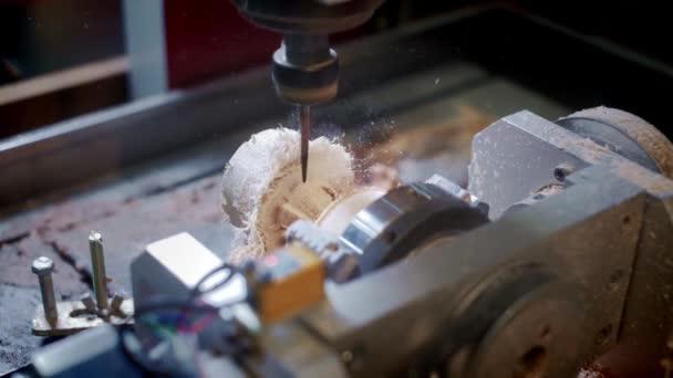 Vrtačka zpracovává dřevěnou část. Stroj na zpracování dřeva. Dřevozpracující průmysl. Chipsy a piliny. Celkový plán.