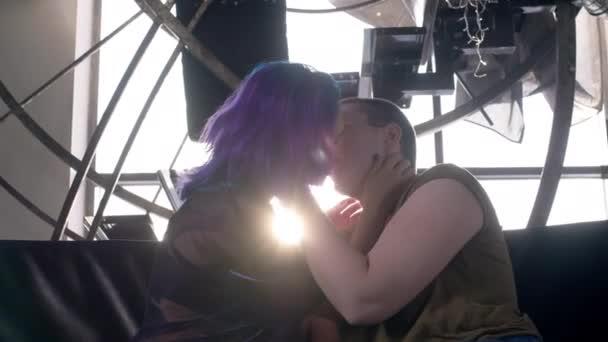 Lesbičky LGBT ženský polibek venku na slunci