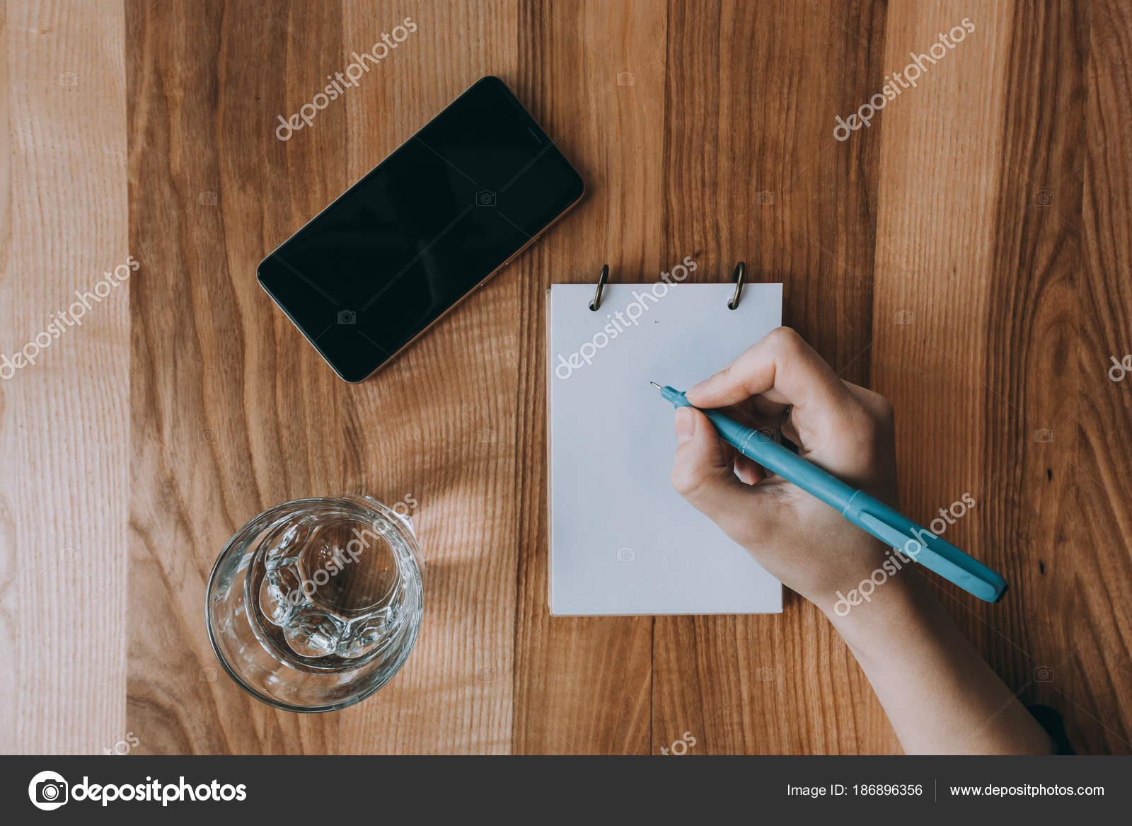 Concept entreprise et bureau jeune fille écrivant dans le bloc