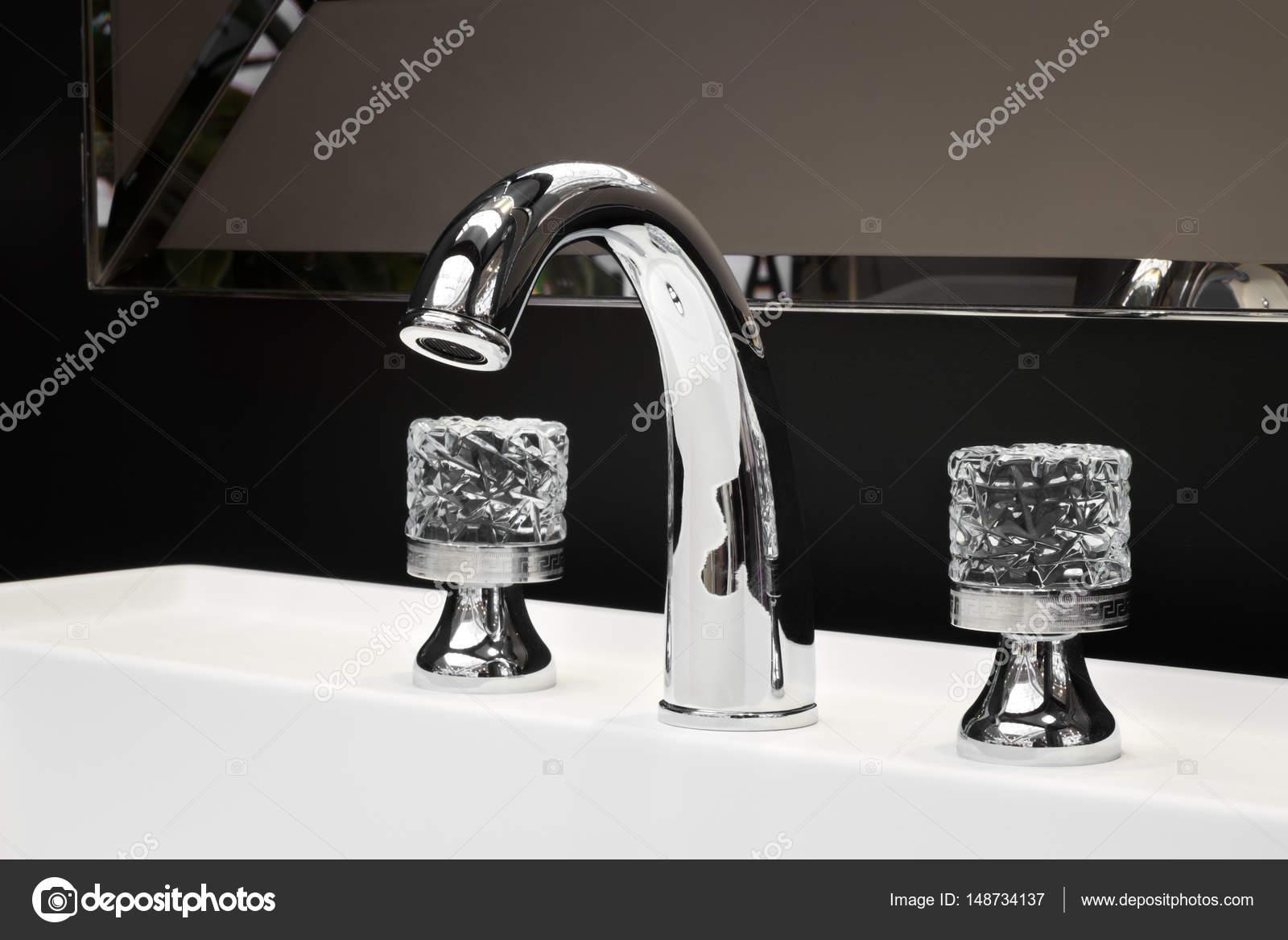 Luxe Donkere Badkamer : Luxe kraan mixer met crystal grepen op een witte wastafel in een