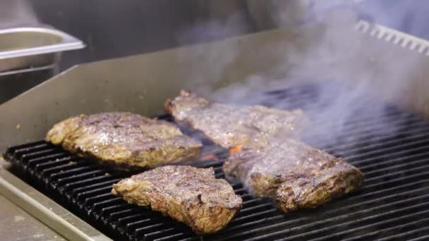 Hovězí steaky na grilu s kouřem