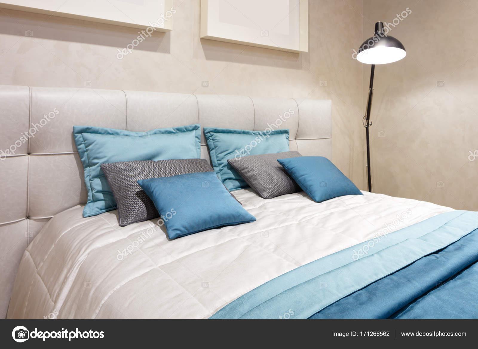 Slaapkamer Hotel Stijl : Slaapkamer van de luxe de moderne stijl in gele en blauwe tonen