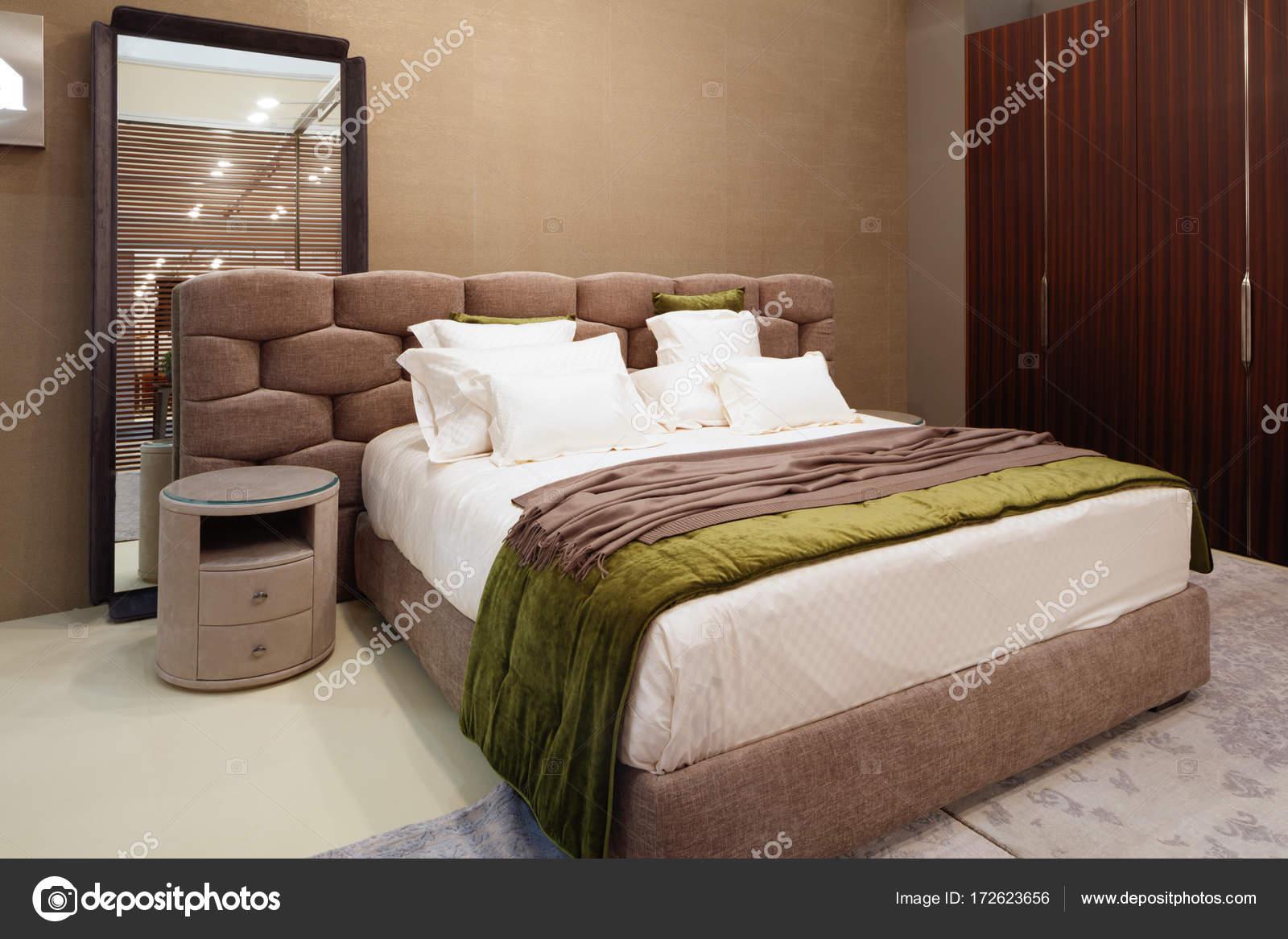 Luxus Modernen Stil Schlafzimmer In Rot Und Rosa Tönen, Interieur Aus Einem  Hotel Schlafzimmer