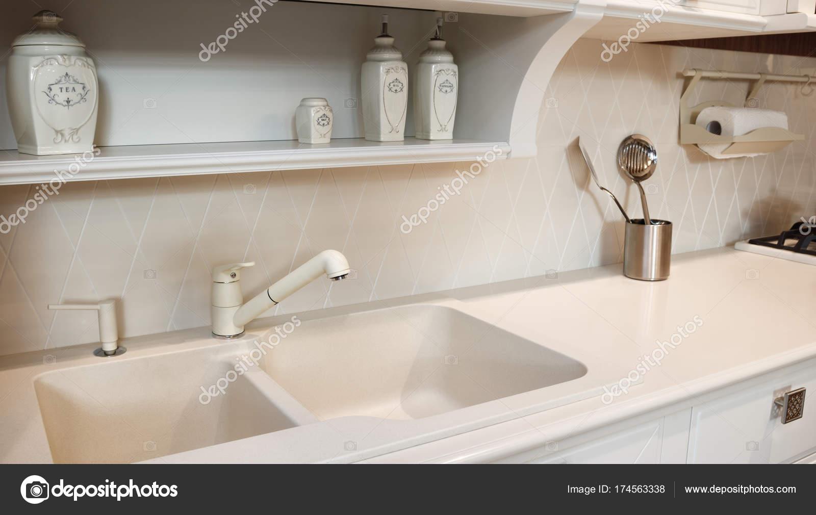 Interni di cucina beige classico moderno — Foto Stock © czdistagon ...