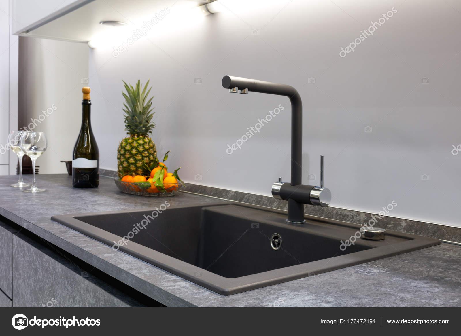 Interior Cozinha Moderna Iluminado Com Uma Bancada Pedra Cinzenta