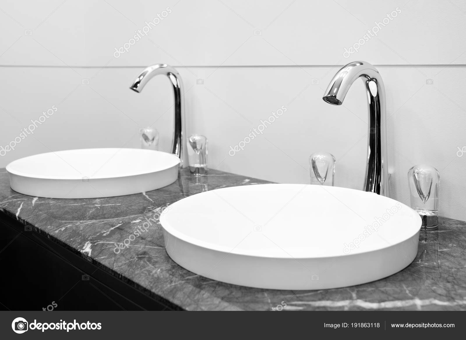 int rieur salle bain noir blanc avec deux lavabo robinet photographie czdistagon 191863118. Black Bedroom Furniture Sets. Home Design Ideas