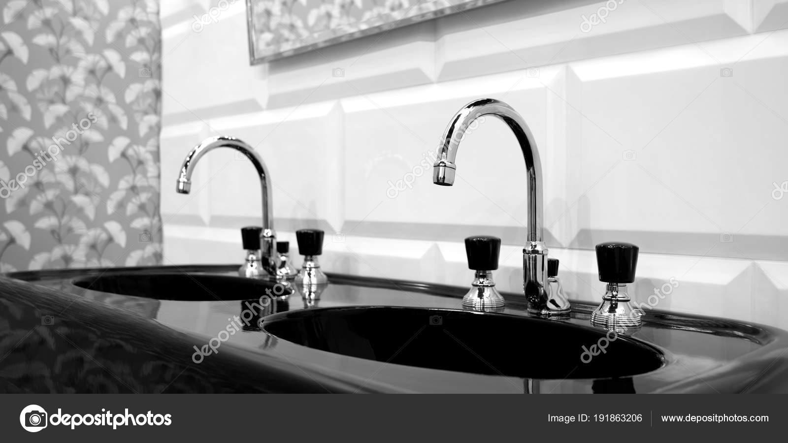 int rieur salle bain noir blanc avec deux noir vier. Black Bedroom Furniture Sets. Home Design Ideas
