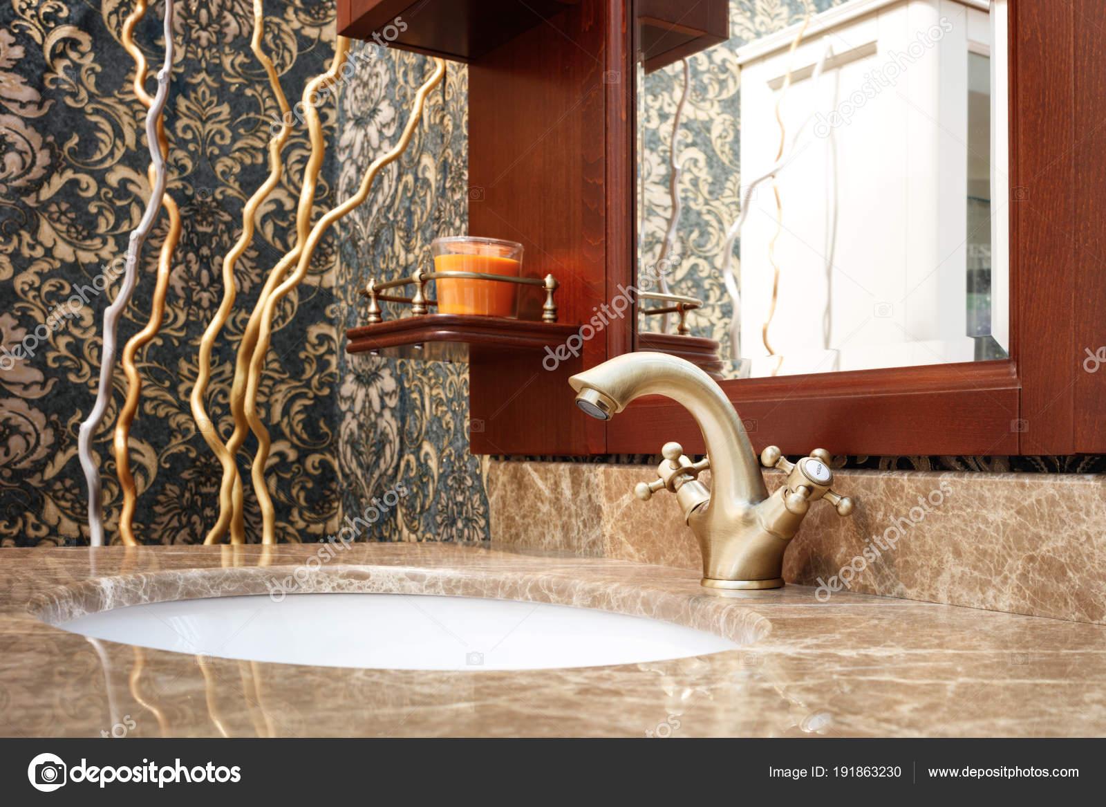 Klassische Nterior Badezimmer Mit Waschbecken Und Klassischen Retro