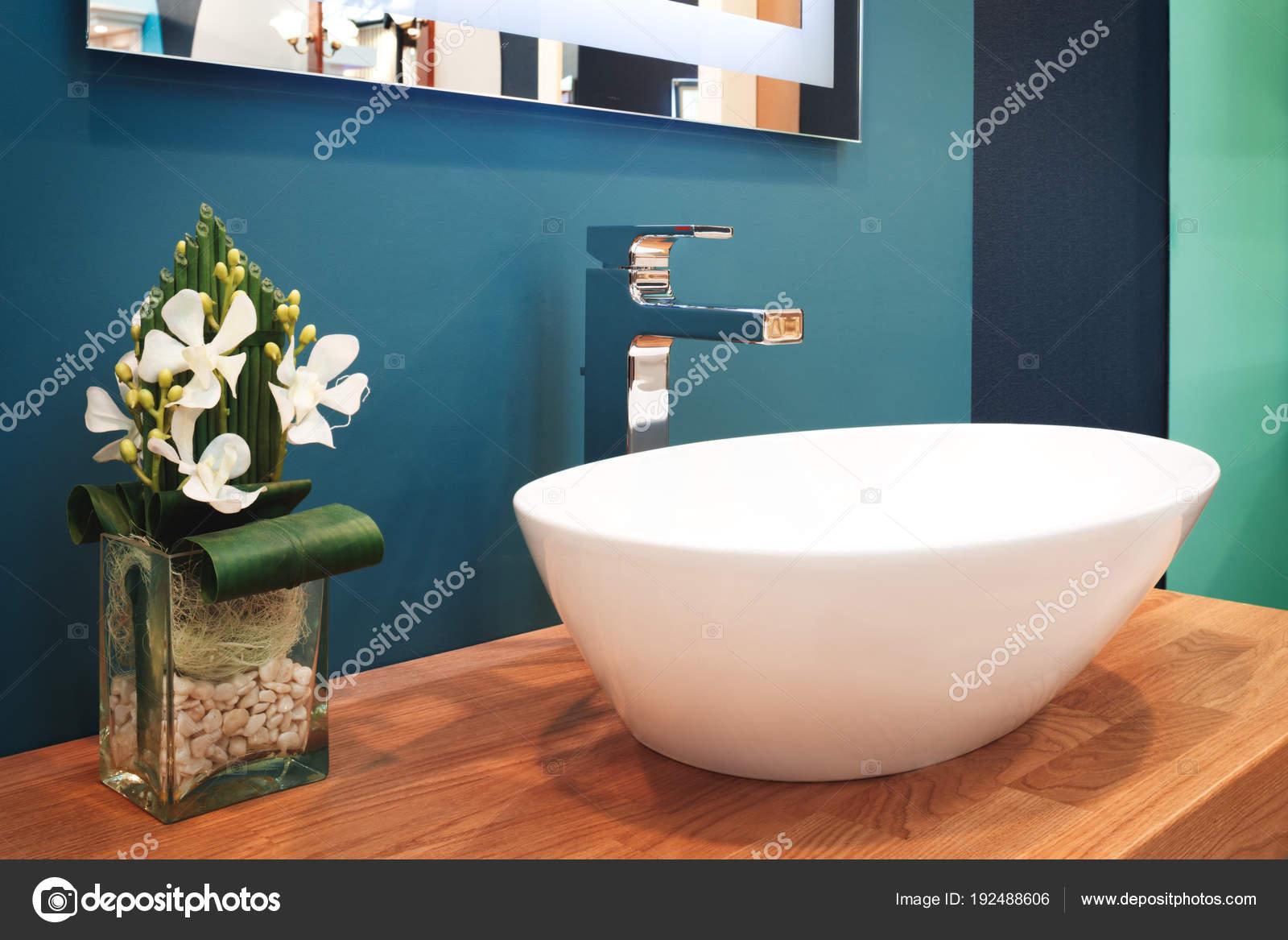 Luxus Modernen Stil Wasserhahn Mischer Auf Eine Weiße Runde ...