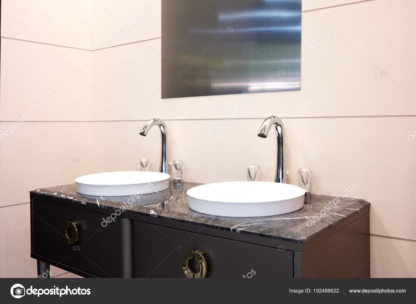 Badkamer modern interieur met twee wastafel kraan u stockfoto