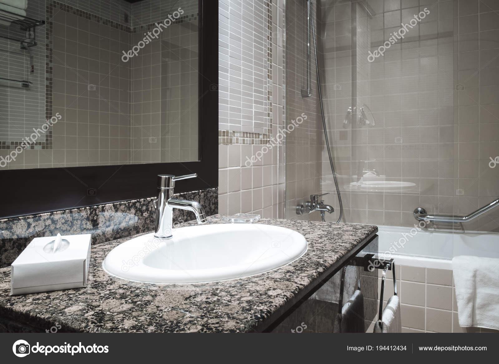 Luxe Salle Bain Classique Avec Robinet Évier Blanc Style Moderne ...