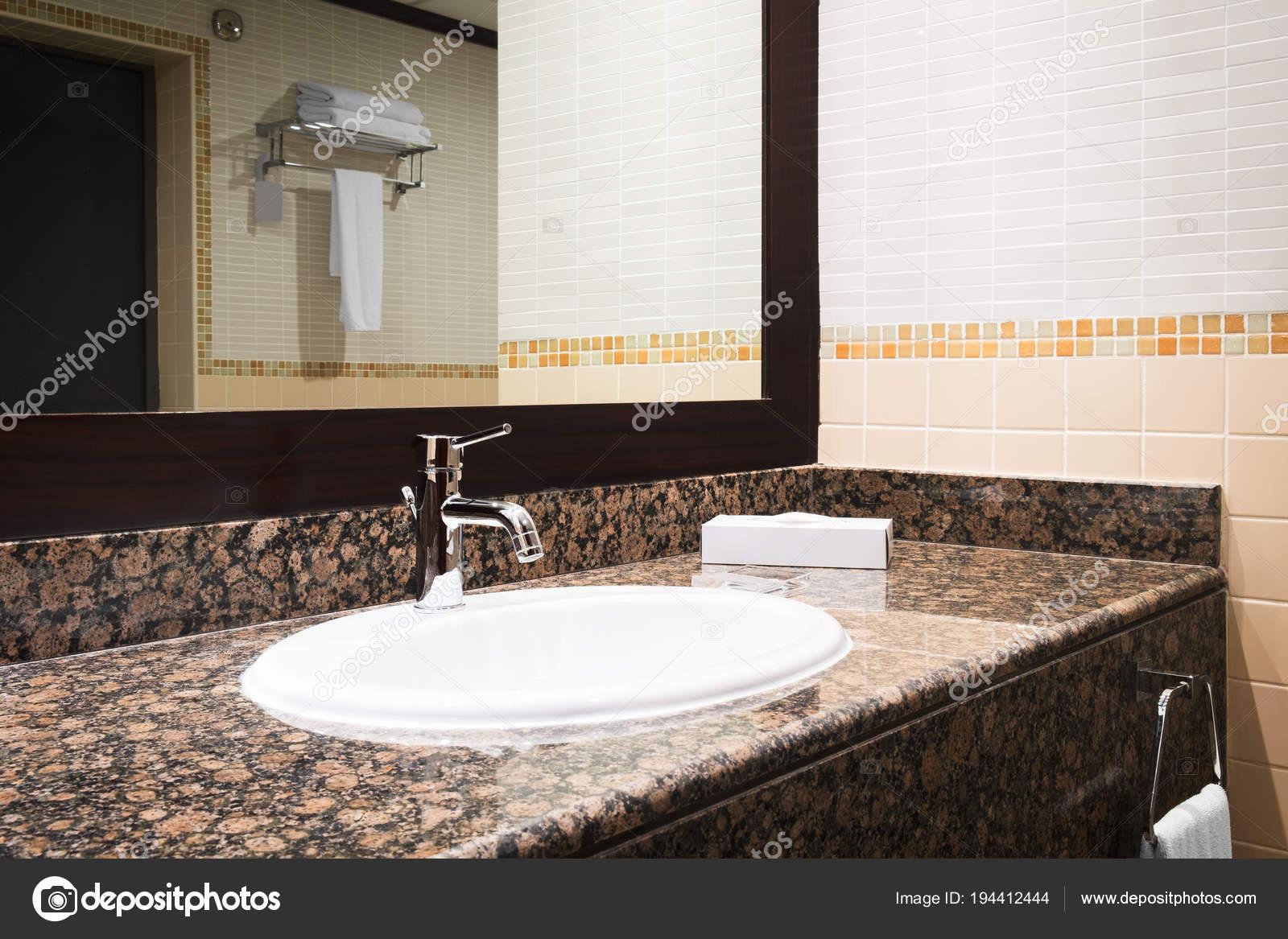 Mesa Para Lavabos Modernos.Interior Redwood Clasico Lujo Bano Con Lavabo Blanco Estilo
